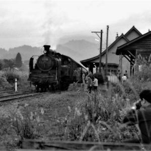 熱塩駅舎とC1180を撮影する人達