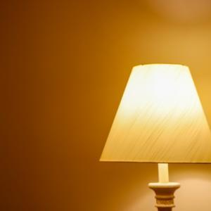 【おすすめ】テーブルランプはシンプルな木製がおしゃれで使いやすい。