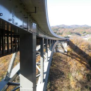 天空にそびえる孤高の橋