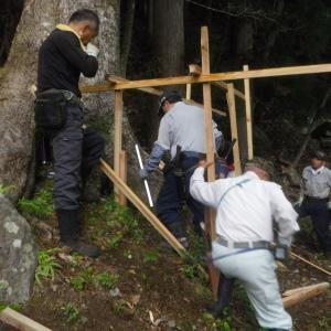 御柱伐採に向けて足場作り
