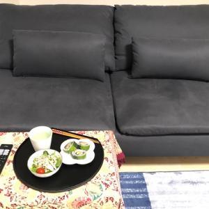 段ボールデスクとIKEAのソファがある理想の住まい