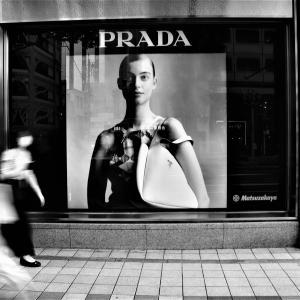 「PRADA」。