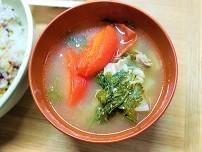 【ストレス解消レシピ】旨味たっぷり春菊とトマトの具沢山味噌汁の作り方。