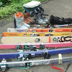 車載の山スキー道具を降ろす