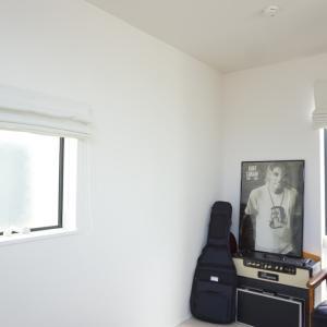 【ローマンシェードが素敵!】縦長窓(滑りだし窓)にカーテンを取り付けました