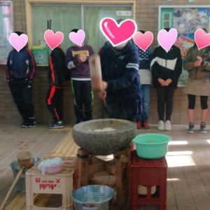 小学校でお餅つき大会がありました!~OB団体主催~