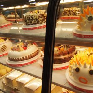 台湾の街角で見かけたド派手ホールケーキ
