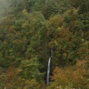 雨のつむじくらの滝