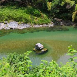 松阪市飯高町にある礫石(つぶていし)は、天照大神が櫛田川に大石を投げて伊勢と大和の国境を決めた場所