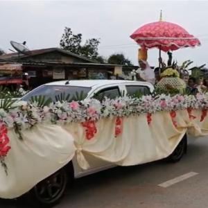 タイ王国東北部イサーン地方のフェスティバルの行列をご覧ください。