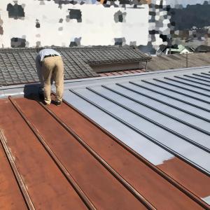 貧乏大家さんの屋根塗装は佳境に…