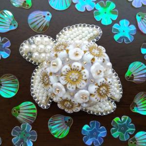 花のチェコビーズで作る海亀ブローチ