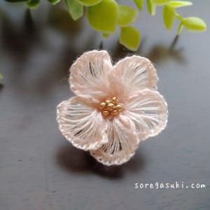 DMC刺繡糸で編む『桜のチョウタックピン』