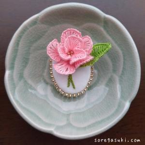 刺繡針で紡ぐ『八重桜 ブローチ』