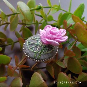 ローズピンクの八重咲き『蓮の花 ブローチ』