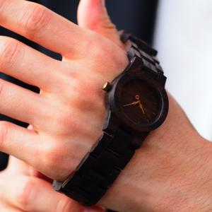クリスマスプレゼントには銘木黒檀の木製腕時計を!