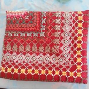 赤い刺繍クッション