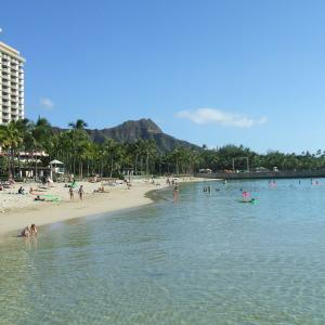 ハワイのリゾート気分を盛り上げるワンピースをここで(^^♪