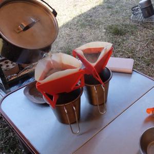 キャンプでのコーヒーカップ