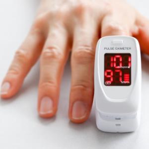 パルスオキシメーターは新型コロナの感染判断には使えない【呼吸器疾患の重症度を判定】