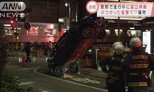 車が直立停車 電柱のワイヤに・・・ぶつかった衝撃で?(2020年10月29日)