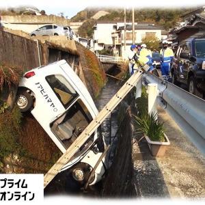駐車場から車が川に転落 ブレーキとアクセル間違いか?