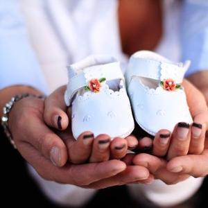 赤ちゃんのファーストシューズはいつごろ買うべき?選び方・おすすめの靴について