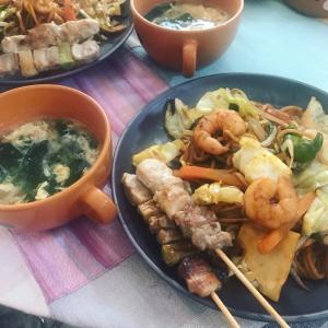えびプリ焼きそばと切り干し大根と小松菜の中華スープ