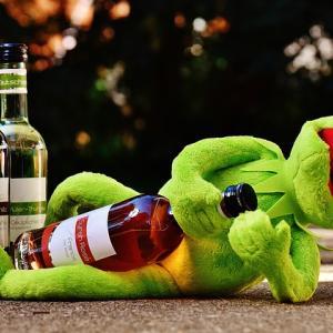 なぜアルコール依存症になるのか?原因・治療法を徹底解説
