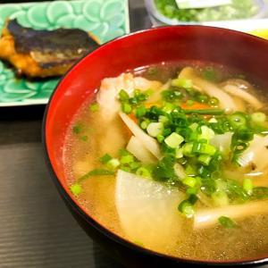 茅乃舎のだしで風味豊かな味噌汁を作る