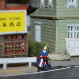 Nゲージ 狭い道にはスーパーカブと郵便屋さんですね。