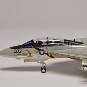 1/144 F-14A アメリカ海軍 ジョリーロジャース パイロットとRIOを載せました。