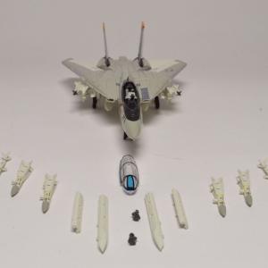 1/144 F-14A アメリカ海軍 ジョリーロジャース  兵装の取り付けをします。