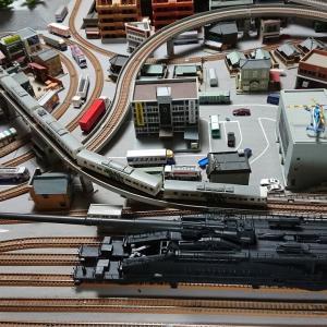 (N) 80cm列車砲 ドーラ 鉄道模型街並みでもかなりの存在感があります。