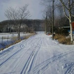 砂利道も積雪で圧雪快適道路