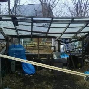 半壊の車庫物置 右寄り 昨日 修理改修 今日も頑張る
