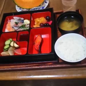 器を替えたら豪華になった 朝飯 刺身焼き魚定食