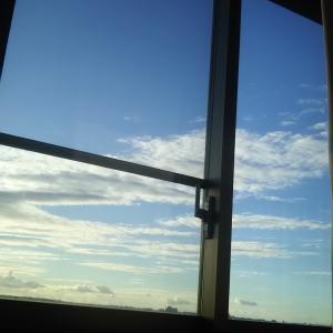 寝床から雲が良く見える 鱗雲が流れて行く