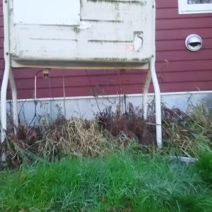 20数年でやや傾いた灯油タンク 今日修正 ユンボとブロック