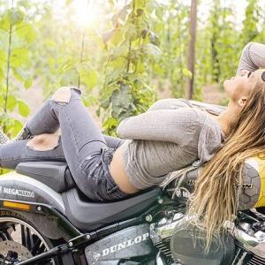 【バイク寝は】バイクの上で寝るライダー【ポーズ】