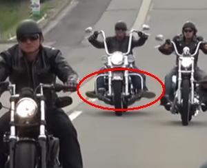 バイクにガニ股で乗っているライダーは高齢のザリガニ!?