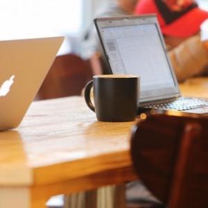 カフェでパソコン広げてる人たち。。。