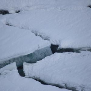 氷の割れた湖