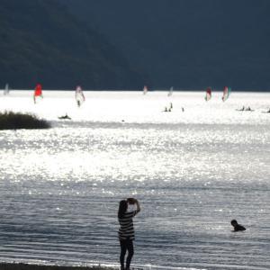 初秋の湖で遊ぶ
