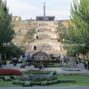 2018アルメニア5 エレバンの市内を歩き、長いエスカレータで登るカスケードから街を見下ろし、夜は共和国広場で噴水のショーを見た件