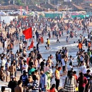ビーチの大晦日。ムンバイ暖冬。 栄養失調