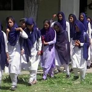 カシミールで学校再開。青い波。踊る男達