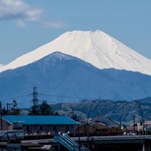 散歩道の富士山 浅川とふれあい橋(4/19)