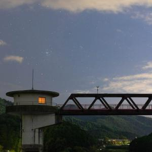 85mmで撮影した取水塔と星空
