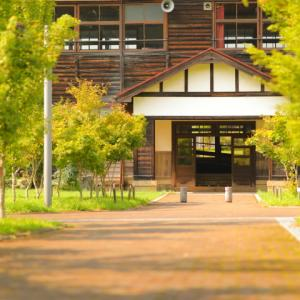 ミンミンゼミと木造校舎(奈良カエデの郷ひらら)